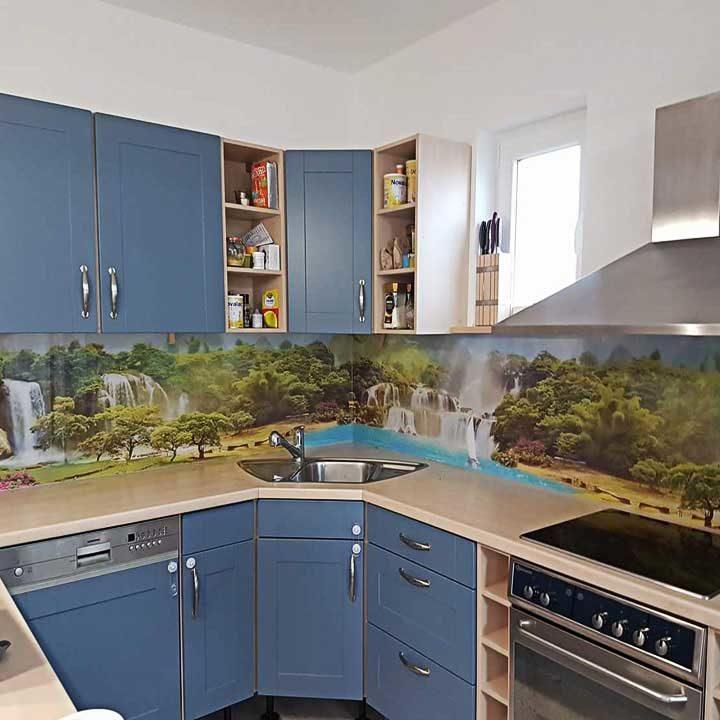 kaljeno staklo-kuhinja-zid kuhinje-staklena ploca sa stampom-dezen priroda-plava kuhinja-moderna kuhinja