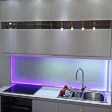kuhinja-kaljeno staklo-dekorativna obloga-peskirano-po meri-led sijalice-zid kuhinje